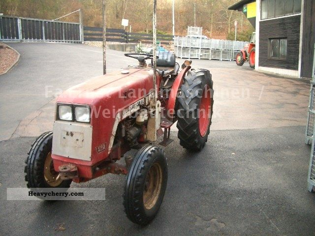 1975 IHC  533 Plantation - 45hp - Width: 128 cm or 93! Agricultural vehicle Tractor photo