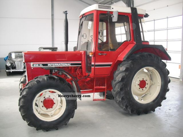 1983 IHC  856 XL wheel tires 80%, Cab Agricultural vehicle Tractor photo