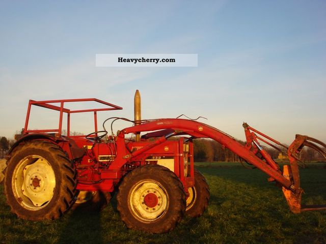 1985 IHC  833 A Agricultural vehicle Tractor photo