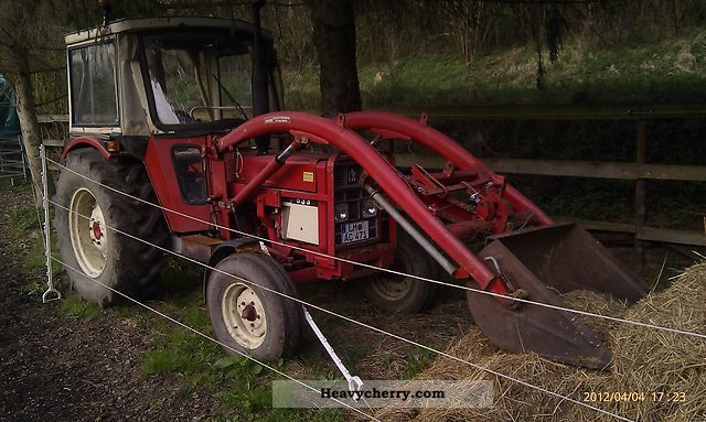 1975 IHC  533 with front loader Agricultural vehicle Tractor photo