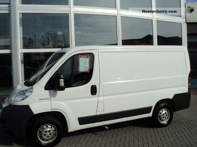 2006 Peugeot  Boxer 330 L1H1 2.2HDI * AHK * CD * ZV * Van or truck up to 7.5t Box-type delivery van photo