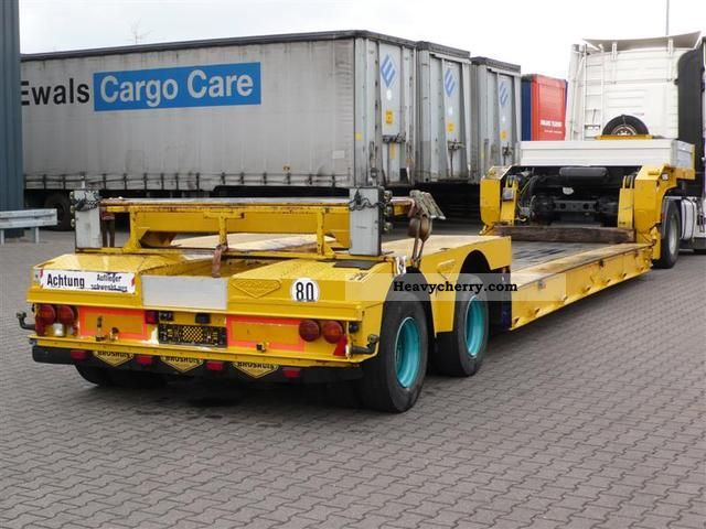 2006 Broshuis  DIEPLADER AFNEEMBARE NEK Semi-trailer Low loader photo