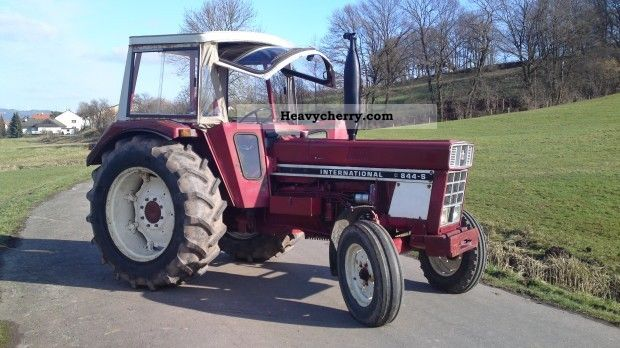 1976 IHC  844S Agricultural vehicle Tractor photo