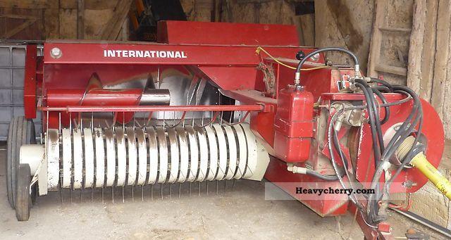 1984 IHC  Baler 425 D Agricultural vehicle Harvesting machine photo