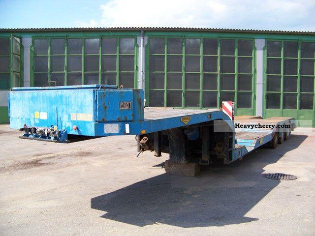 2005 Broshuis  3AUD-44 - DEEP-BED - 1 x STEERING AXLE Semi-trailer Low loader photo